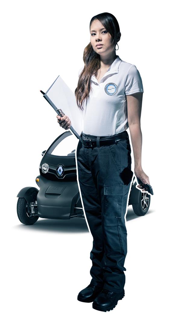 Une femme en tenu d'agent rondier tient dans ses mains un porte-document et un smartphone iphone. Derrière elle se trouve son véhicule de rondes de marque renault twizy noir.